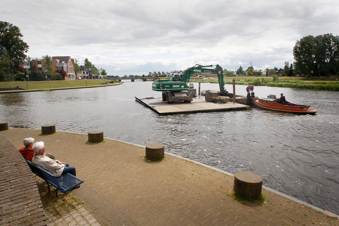 Baggerwerkzaamheden in de Hardenbergse haven, nabij de Havenweg.