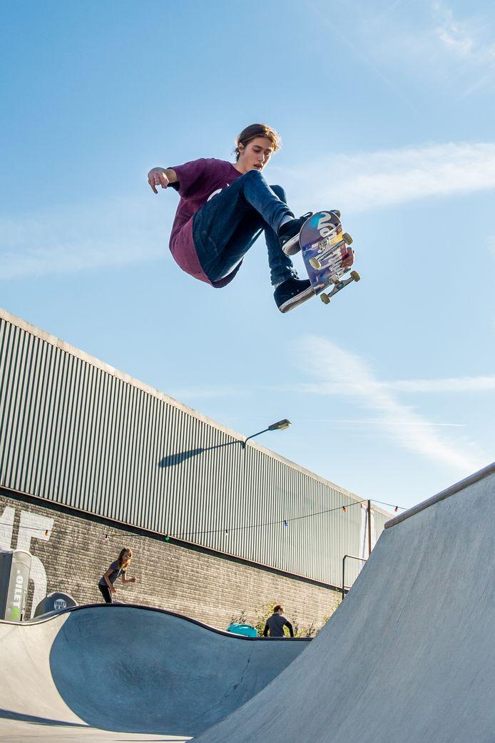 Skater Lars de Weerd in actie bij Pier 15 in Breda. Bij de Olympische Spelen in Tokio volgend jaar staat skateboarden voor het eerst op het programma.