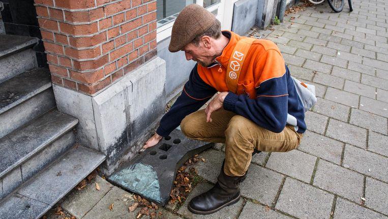 Postbezorger Ferry Wieringa spot een tijdelijke oplossing voor een gat in de grond en maakt er een melding van in de app Beeld Carly Wollaert