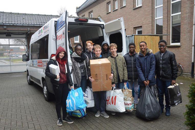 De leerlingen van 3TW laden alles in de bestelwagen.
