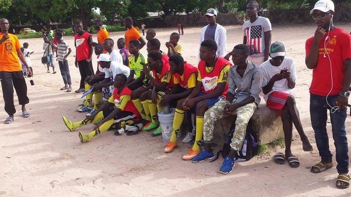 Voetballers in Gambia maken dankbaar gebruik van kleding die vanuit Nederland wordt opgestuurd.