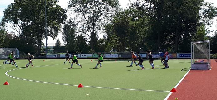 De Zuid-Afrikaanse hockeyploeg werkte maandagochtend een intensieve training af op het veld van Goes.