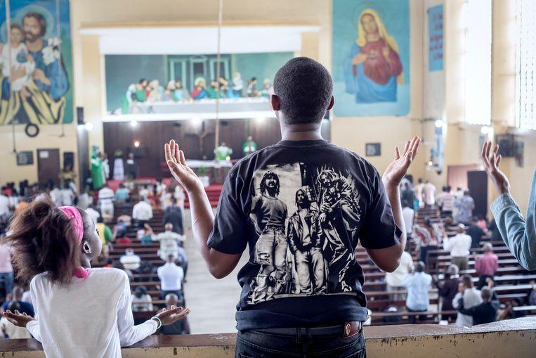 Zondagsdienst in de katholieke kerk Saint-Joseph in de wijk Matongé. Vanuit deze kerk werd begin dit jaar het protest georganiseerd tegen de zittende regering van Joseph Kabila. Beeld Sven Torfinn