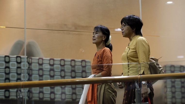 Aung San Suu Kyi op het vliegveld van Yangon. Beeld reuters