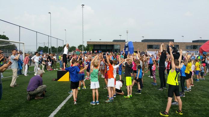 De kids begonnen de run met rek- en strekoefeningen