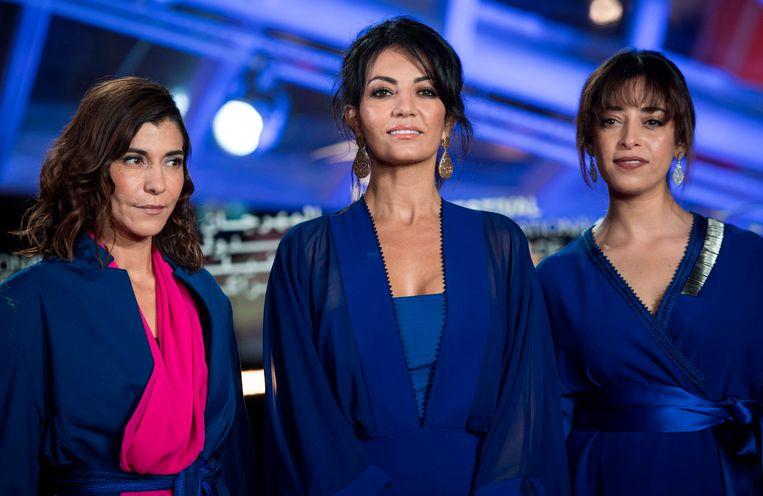 De Marokkaanse regisseuse Maryam Touzani  (m) wordt geflankeerd door actrices Lubna Azabal (l) en  Nisrin Erradi  tijdens het  Marrakech International Film Festival in Marrakesh, begin februari.  Beeld AFP