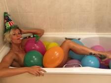 Pellegrini jarig in bad met ballonnen, Mino op de rug van Ibra