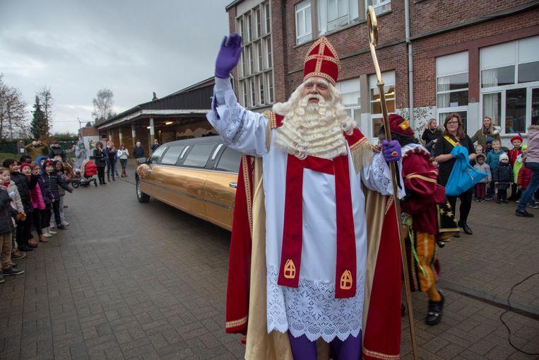 Sinterklaas aan zijn limousine in de Sint-Theresiaschool in Overbeke.