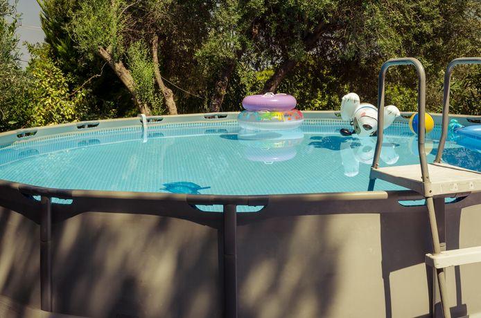 Een bovengronds 'opzetzwembad' voor in de tuin.