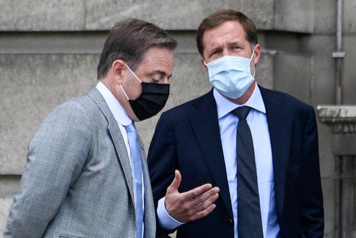Bart De Wever en Paul Magnette bij het koninklijk paleis.