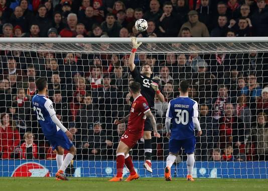 Iker Casillas redt op een schot van Danny Ings van Liverpool.