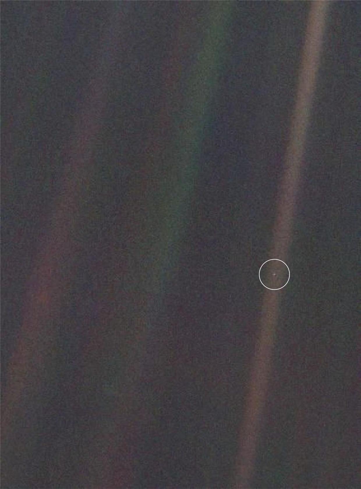 Deze foto van de aarde werd genomen op 14 februari 1990 door Voyager 1, op 6,4 miljard kilometer afstand. De strepen die je ziet, zijn zonlicht dat weerkaatst in de camera. Onze thuisplaneet is op deze foto slechts 0,12 pixels groot. De foto werd een symbool voor de menselijke nietigheid.