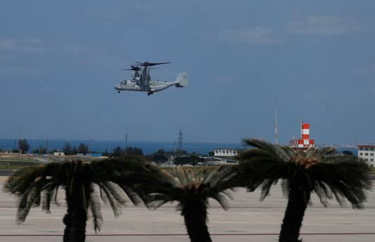 Een MV-22 Osprey van de Amerikaanse marine vliegt langs de kust bij Ginowan.