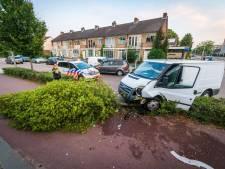 Auto vliegt uit de bocht in Eindhoven en raakt boom, valt bijna op fietser