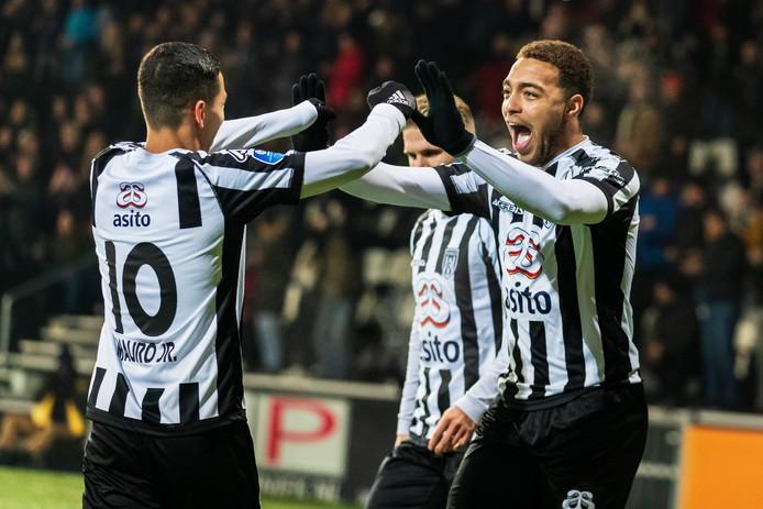 Cyriel Dessers viert de goal met Mauro Junior.