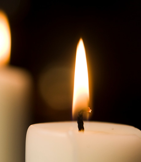 Nederlanders branden kaarsjes voor corona-slachtoffers