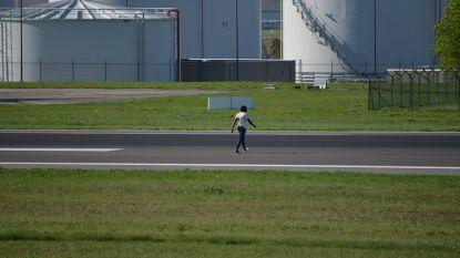 Ontsnapte illegaal loopt tussen vliegtuigen door over landingsbaan