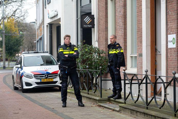 Het pand aan de Jansbinnensingel werd zaterdag door politie bewaakt.