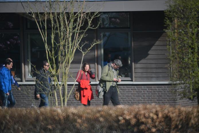 De onderhandelaars lopen naar buiten. Vlnr: Revis (blauwe jas, VVD), Guernaoui (Groep de Mos), Erlijn Wenink en Arjen Kapteijns (GroenLinks).