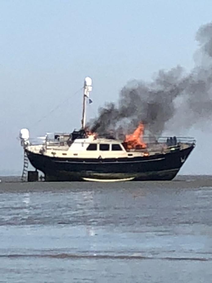 De motorboot is helemaal uitgebrand.