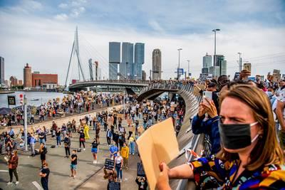 coronaproof-demonstreren-blijkt-ook-in-rotterdam-een-brug-te-ver