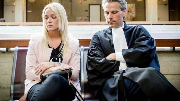 Chantal en haar advocaat Thomas van Vugt bij de rechtbank Amsterdam.