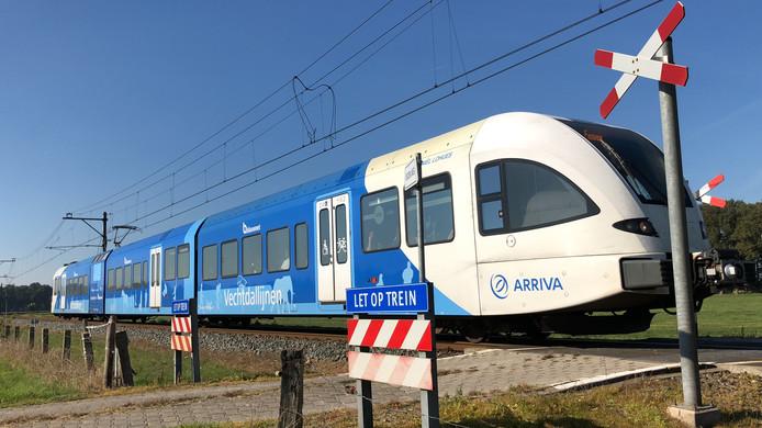 De Vechtdallijn passeert de onbewaakte spoorwegovergang in Dalfsen.