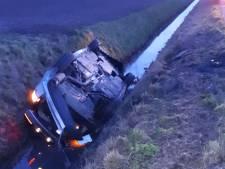 Auto belandt op de kop in de sloot in Dinteloord