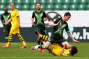 Wout Weghorst kleunt erin bij Thomas Delaney van Borussia Dortmund.