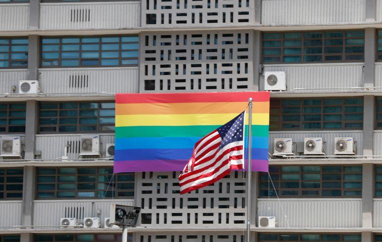 Een regenboogvlag op de gevel van de Amerikaanse ambassade in Seoel, Zuid-Korea.