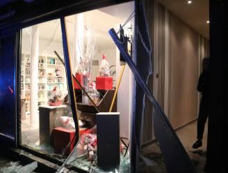 Jonge bestuurder (27) krijgt stevige werkstraf en rijverbod nadat hij vitrine van chocoladewinkel in vernieling rijdt