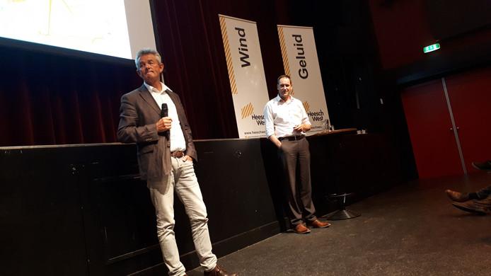 Wethouder Rien Wijdeven en Paul van Dijk, projectleider van Heesch West, tijdens de presentatie in De Pas.