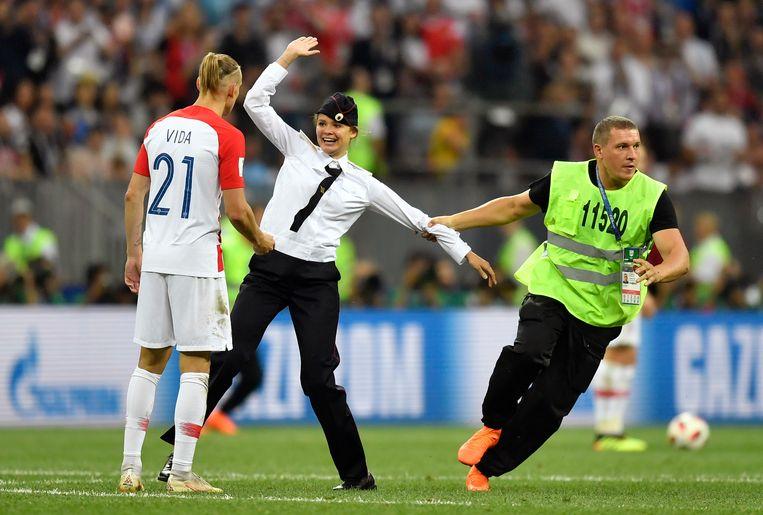 Een lid van de Russische protestgroep Pussy Riot op het veld van de WK-finale in 2018. Beeld null