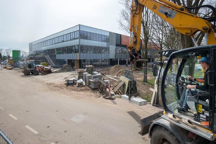 De topsporthal op de Kenniscampus in Ede in aanbouw.