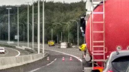 Gekantelde vrachtwagen Brusselse ring: rijbaan weer vrij