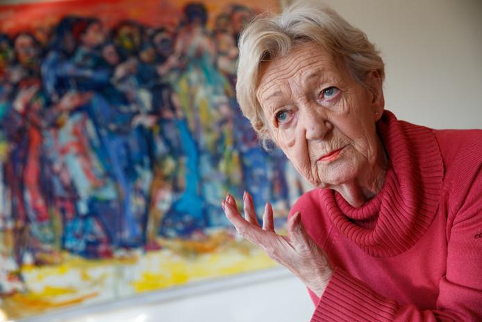 Lia Mars geeft lezingen over vincent van Gogh, en heeft zelf kunst prominent in de kamer van Roosendaler Wim Schütz