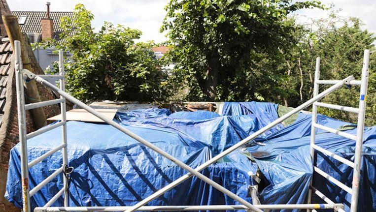 Het vervallen achterhuis in de Binnen Brouwersstraat, waar asbest werd gevonden. Beeld Catharina Glogowski