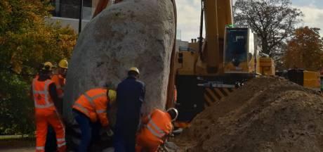 Bijna zwaarste kei van Nederland krijgt nieuwe plek; megaklus bij raadhuis Winterswijk