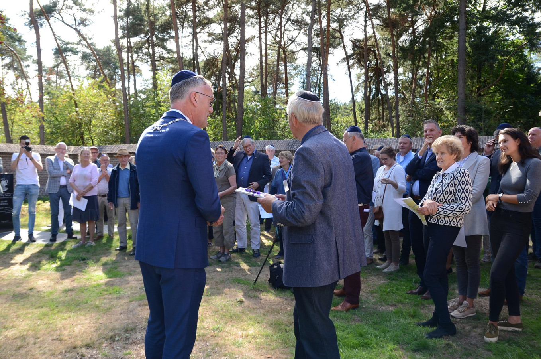 Burgemeester Hans Janssen en Kees Welmers van Open Monumentendag spreken op de Joodse begraafplaats aanwezigen toe.
