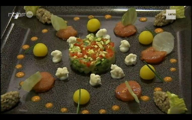 De hoofdschotel met onder meer bloemkool en zalm die de chef van 'Comme Chez Soi' met voedsel uit vuilbakken bereidde.