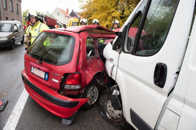 De auto werd in de flank gegrepen. De chauffeur raakte zwaargewond.