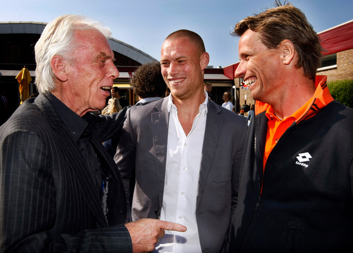 Jan Siemerink (r) in gesprek met Leo Beenhakker en Kevin Hofland.