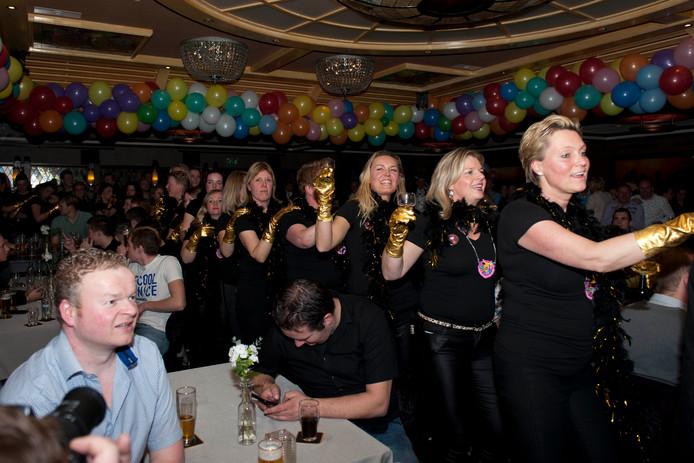 In polonaise marcheerden de  vrouwen van de nieuwe carnavalsvereniging de zaal in Markelo in.