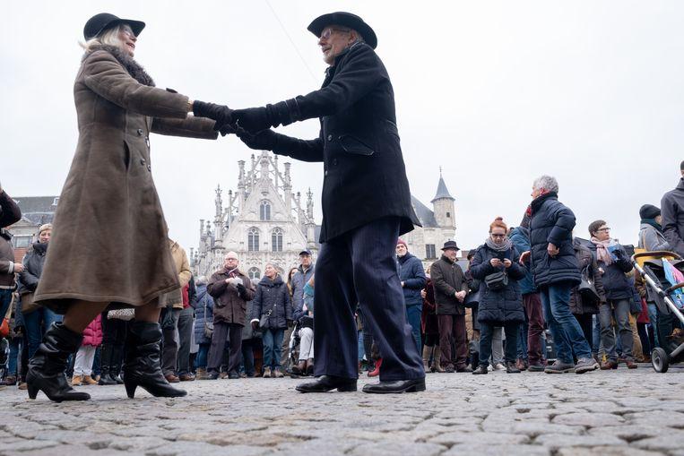 MECHELEN - Een koppel waagde zich aan dans tijdens het nieuwjaarsfeest op de Grote Markt.