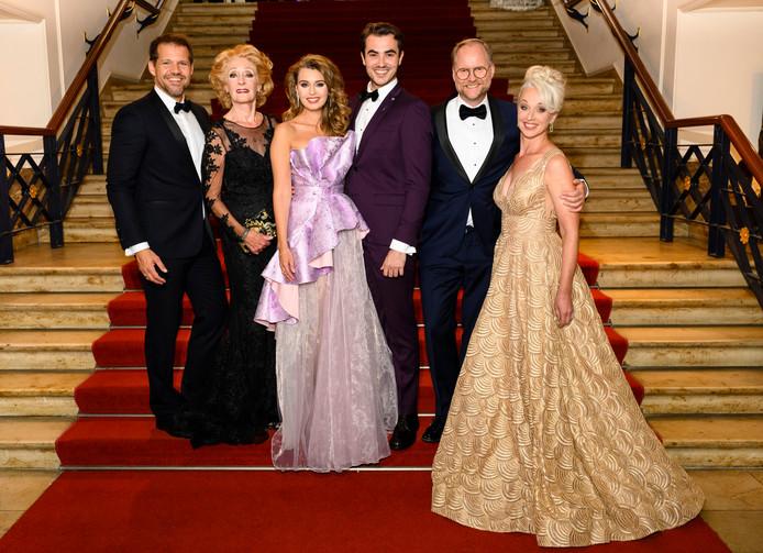 Van links naar rechts: René van Kooten, Gerrie van der Klei, Tessa Sunniva van Tol, Milan van Waardenburg, Ad Knippels en Ellen Evers.