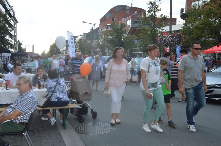 Veel volk op de Centrumlaan tijdens de jaarmarkt.
