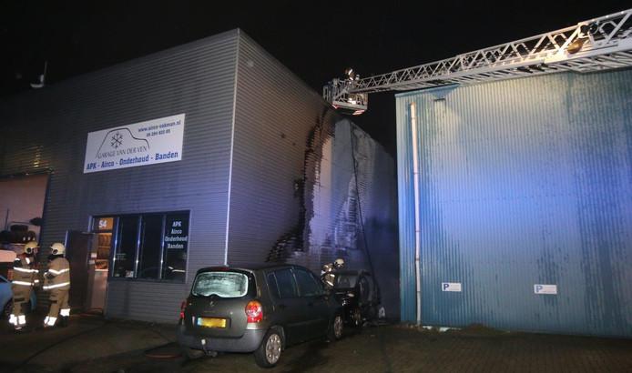 Autobranden in Rosmalen slaan over naar naastgelegen pand.