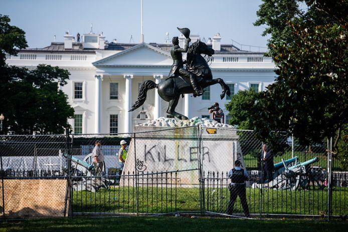 De gemoederen liepen dinsdag hoog op in Lafayette Park aan het Witte Huis. Betogers probeerden er het Andrew Jackson-standbeeld te slopen.
