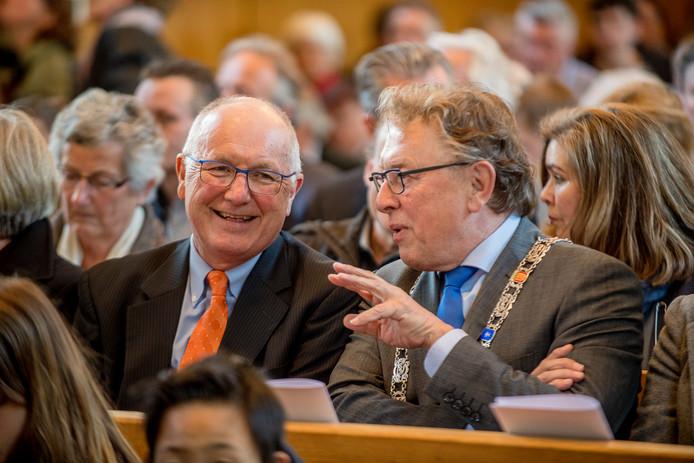 Waarnemend burgemeester Harry Keereweer (rechts) bij de Dodenherdenking in Opijnen met de ambassadeur van de Verenigde Staten Pete Hoekstra