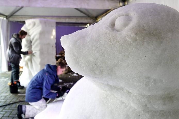 In sporthal de Vijfsprong werken kunstenaars aan hun sneeuwsculpturen in de strijd om zich Nederlands kampioen sneeuwsculpturen maken te mogen noemen. Foto Tonny Presser/Pix4Profs